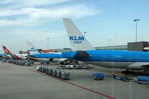 オランダ・アムステルダム郊外スキポール空港に駐機するKLMオランダ航空の飛行機=7月(ロイター=共同)