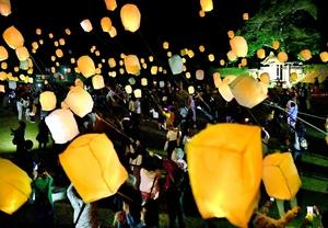 幻想的な光を放ち、夜空を彩った「スカイランタン」=6月9日夜、福井県福井市の一乗谷朝倉氏遺跡