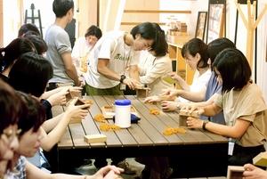ハコアのワークショップで木に触れる参加者たち=2017年、福井県鯖江市西袋町(山口工芸提供)