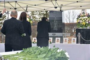 長野県の消防防災ヘリ墜落事故の追悼式で手を合わせる遺族ら=5日午後、長野県松本市