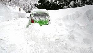 2018年2月の大雪で動けなくなった男性の軽乗用車=2018年2月8日、福井県坂井市丸岡町上竹田の国道364号
