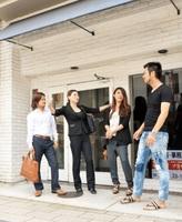 「美のまちプロジェクト」に参加する出店者と空き店舗前で話し合う竹本祐司さん(右)=福井市中央1丁目のサンロード北の庄商店街
