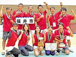 全日本都市対抗テニス大会で優勝した福井市=福井県営体育館