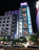 男性が刃物で切られ、警察車両が集まった現場付近=17日午後9時24分、名古屋市