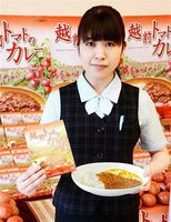 16日発売の「越前トマトのカレー」=15日、JA福井市アグリらんど喜ね舎