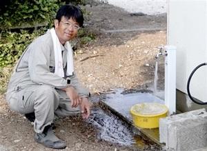 簡易宿泊所の外の蛇口から勢いよく流れる水=2019年8月、長崎県の赤島(笠井利浩教授提供)