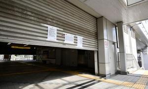 大阪モノレールが再び運休し、シャッターが下ろされた阪大病院前駅=24日午前、大阪府茨木市