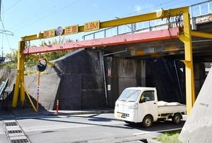 トラックが接触したとみられる架道橋=10月17日、福井県福井市八重巻中町