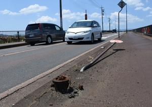 乗用車がぶつかり、根元から折れた消火栓=31日、鯖江市杉本町