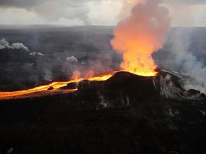 米ハワイ島のキラウエア火山の噴火で発生した溶岩=7月(米地質調査所提供・AP=共同)