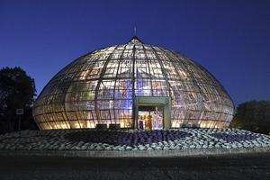 ライトアップとイルミネーションが行われている福井県総合グリーンセンターの展示温室=14日夜
