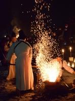 火の粉を巻き上げて初打ちに臨む越前打刃物の職人たち=1月1日未明、福井県越前市のタケフナイフビレッジ