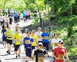 君原健二ロードを駆け抜けるランナー=5月20日、福井県勝山市の長尾山総合公園