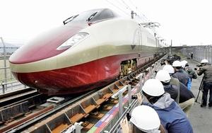 検証試験で、車輪幅が切り替わる軌間変換装置を通過するフリーゲージトレインの試験車両=3月、熊本県八代市
