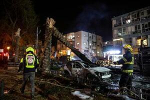 ハマスによるロケット弾で破壊されたレルアビブ近郊の街並み=11日、ホロン(AP=共同)