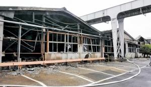 火元とみられるA工場。内部の機械や壁の多くが燃え尽きていた=9月10日、福井県敦賀市呉羽町の東洋紡敦賀事業所第二