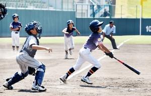 学童野球の福井県知事杯選手権で熱戦を繰り広げる選手たち=8月10日、福井県営球場