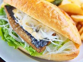 フランスパンに鯖のフィレをサンドした「Sabaサンド」は絶品