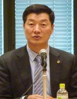 国会内で講演するチベット亡命政府のロブサン・センゲ首相=20日午後