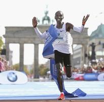 ベルリン・マラソンで、2時間1分39秒の世界新記録をマークして優勝したエリウド・キプチョゲ=9月16日、ベルリン(ゲッティ=共同)