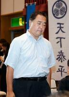 静岡選挙区で落選が決まり、うつむいて記者会見場に入る徳川家広氏=21日夜、静岡市