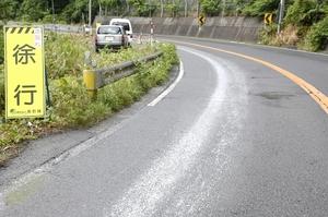 帯状の白い物質が付着した国道8号=6月7日、福井県敦賀市内