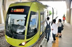 えちぜん鉄道と福井鉄道の相互乗り入れ便=2017年7月24日、福井市の福大前西福井駅