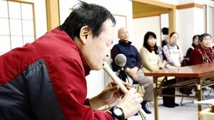 ソプラノリコーダーで歌謡曲を演奏する大島利徳さん=2018年12月、福井県福井市の下森田区民会館