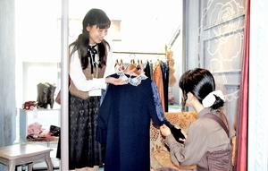 アイジーエーが接客強化に向けて導入するパーソナルスタイリスト(左)=福井県越前市の「アクシーズファム ラボ」