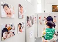 出産前後の家族 助産院が写真展 本社