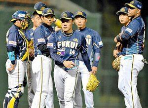 福井-石川 2回途中で降板する福井・内藤(中央手前)=福井フェニックススタジアム