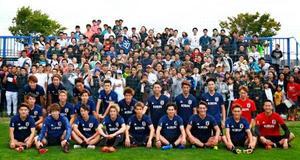 札幌市内での練習後、ファンと記念写真に納まるサッカー日本代表の選手ら=7日(日本サッカー協会提供)