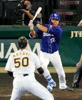 5回中日2死一、二塁、大野雄が左中間に2点三塁打を放つ。投手青柳=甲子園