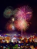 夜空を鮮やかに彩った福井フェニックス花火=8月2日夜、福井県福井市深谷町から市街地方面を撮影(多重処理)