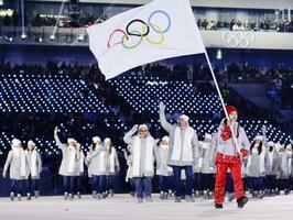 平昌冬季五輪の開会式で、五輪旗を先頭に入場行進する、個人資格で参加したロシア選手たち=2018年2月(共同)