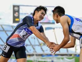 男子200メートルで優勝し笑顔の飯塚翔太(左)=ヤンマースタジアム長居