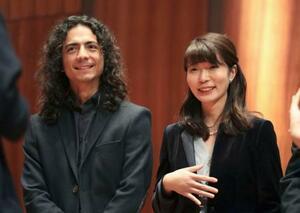 ジュネーブ国際音楽コンクールの作曲部門で、ダニエル・アランゴプラダさん(左)と共に優勝した高木日向子さん=8日、スイス・ジュネーブ(共同)