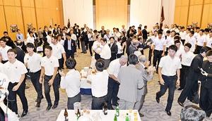 対戦を前日に控え早稲田、慶応大野球部選手らを激励したレセプション=28日夜、福井新聞社・風の森ホール