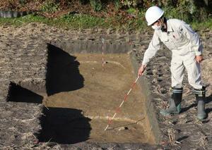 朝堂院の南東隅で見つかった柱穴=4日午後、京都府木津川市