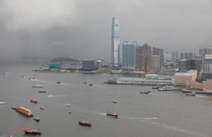 香港のビクトリア湾を行き交うコンテナ船=7月1日(AP=共同)