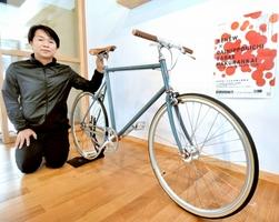 「RENEW」会場で展示する漆塗りの自転車=福井県鯖江市西袋町の漆琳堂