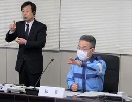 災害救助法の適用を決定した福井県の杉本達治知事(右)=1月10日、福井県庁