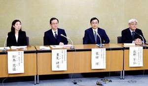 「ロボット麻酔システム」について会見する福井大学医学部の重見研司教授(左から2人目)と松木悠佳助教(左)=4月16日、厚生労働省