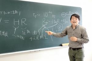 一般相対性理論を解説しながらその魅力を語る芹生正史准教授=福井大文京キャンパス