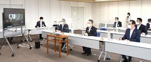 中山泰秀防衛副大臣(画面左)に福井県嶺南地域への自衛隊配備を要請する杉本達治福井県知事(手前右から2人目)ら=8月18日、福井県庁