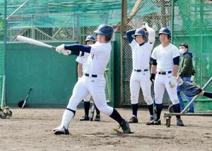 打撃練習で快音を響かせる北川智也=兵庫県西宮市の津門中央公園野球場