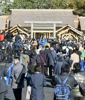 「大嘗祭」の舞台となった大嘗宮の一般参観が始まり、皇居・東御苑を訪れた大勢の人たち=11月21日午前