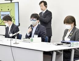 「マスクなし会話・飲食」での感染リスクの分析結果を示し、福井県民にマスク徹底を呼び掛ける県健康福祉部長(中央)=5月2日、福井県庁