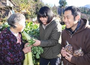「おばあちゃん、野菜ある?」。高齢者宅を巡り、野菜を集めて回る松本さん(中)と加藤さん(右)=福井県勝山市北谷町谷