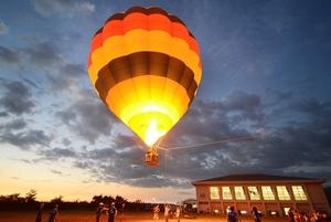 親子連れらが空からの風景を満喫した熱気球搭乗体験=5日、福井県坂井市の明章小